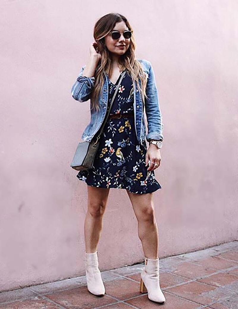 Váy hoa ngắn và giày cao cổ