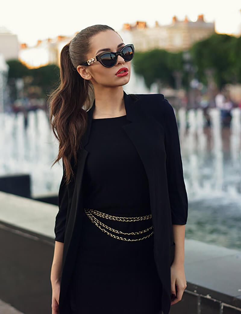 Áo khoác đen hoặc đầm dạ tiệc đen
