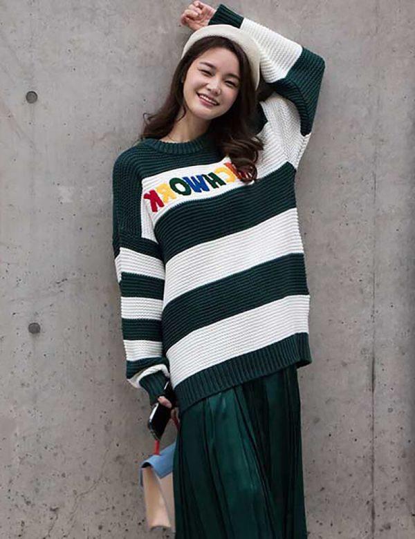 Áo len oversize và váy xếp ly