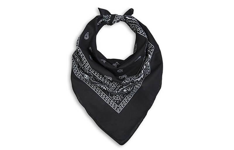 Buộc khăn bandana hình tam giác