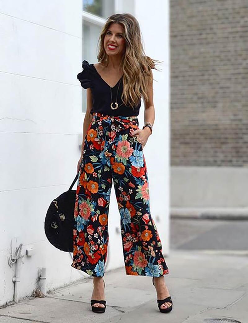 Quần culottes hoa với áo màu đen trơn