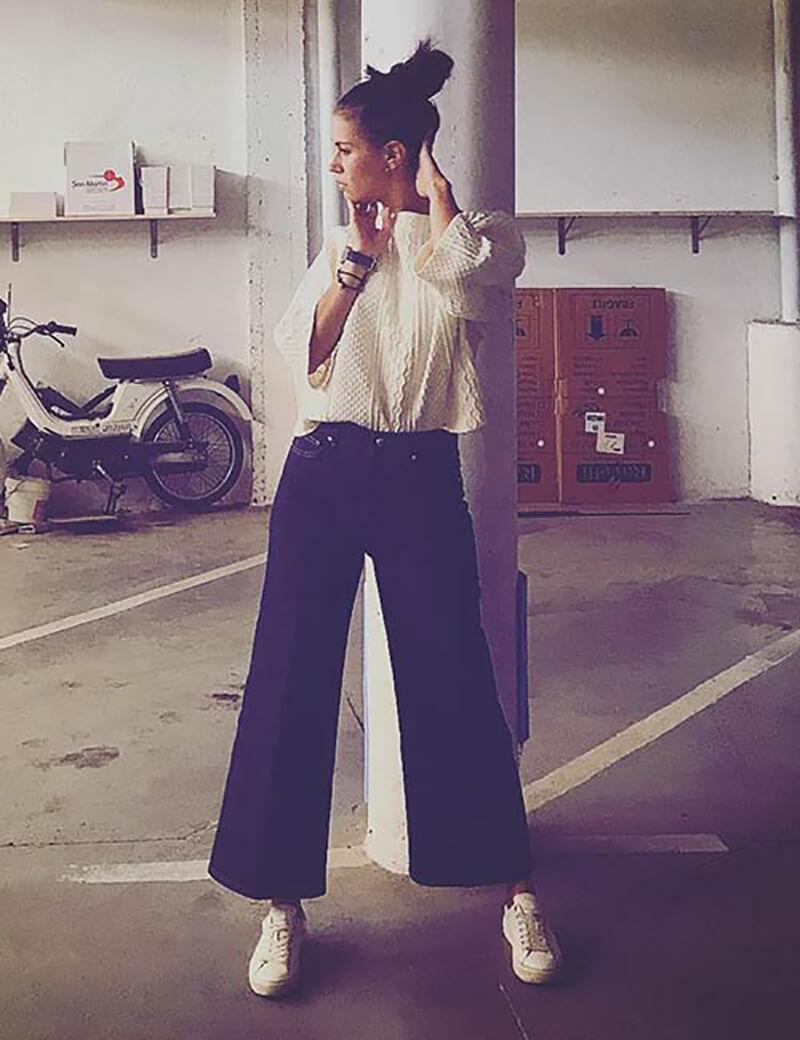 Quần culottes với một chiếc áo len oversize và giày thể thao