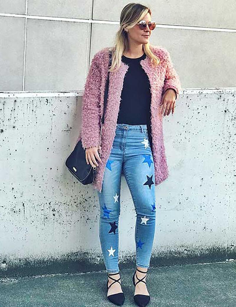 Quần jean cạp cao in họa tiết với áo len lông thú
