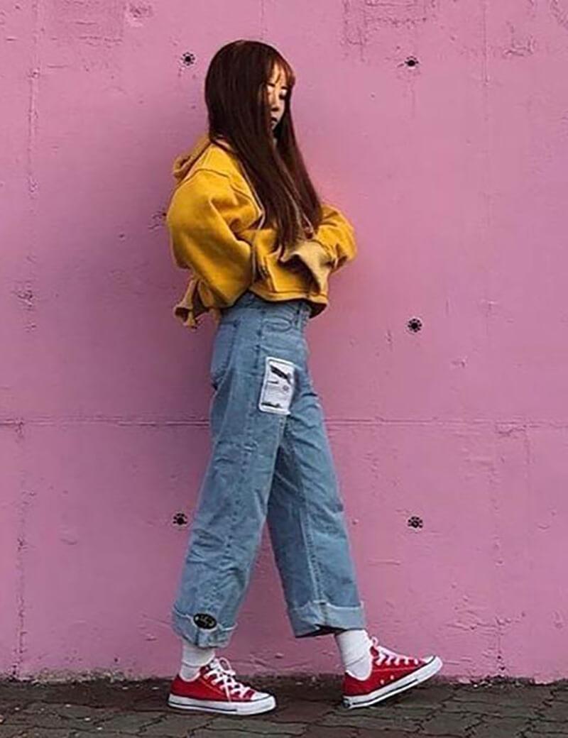 Quần jean và áo len rách