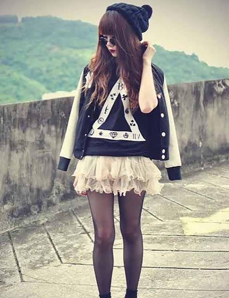 Váy xếp bèo hồng và áo phông họa tiết