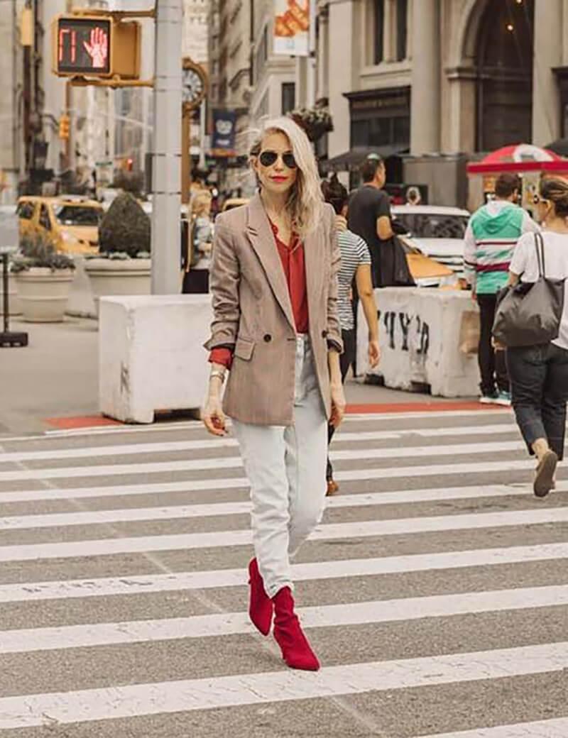 Với áo khoác mỏng và áo len đỏ