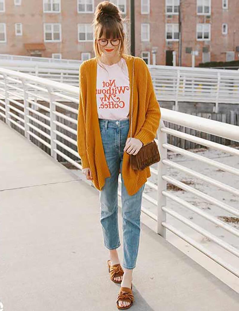Với áo phông in chữ và áo len dài màu đậm