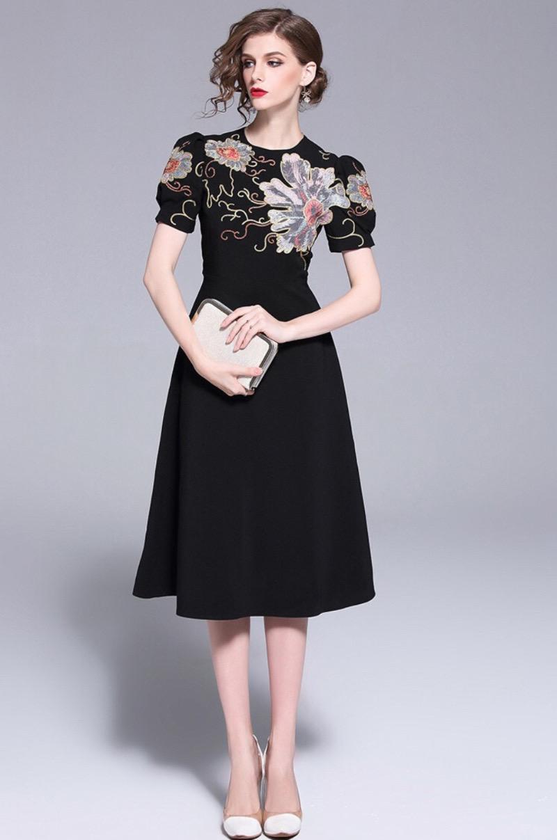 Váy đen luôn là lựa chọn hoàn hảo dù bạn ở độ tuổi nào