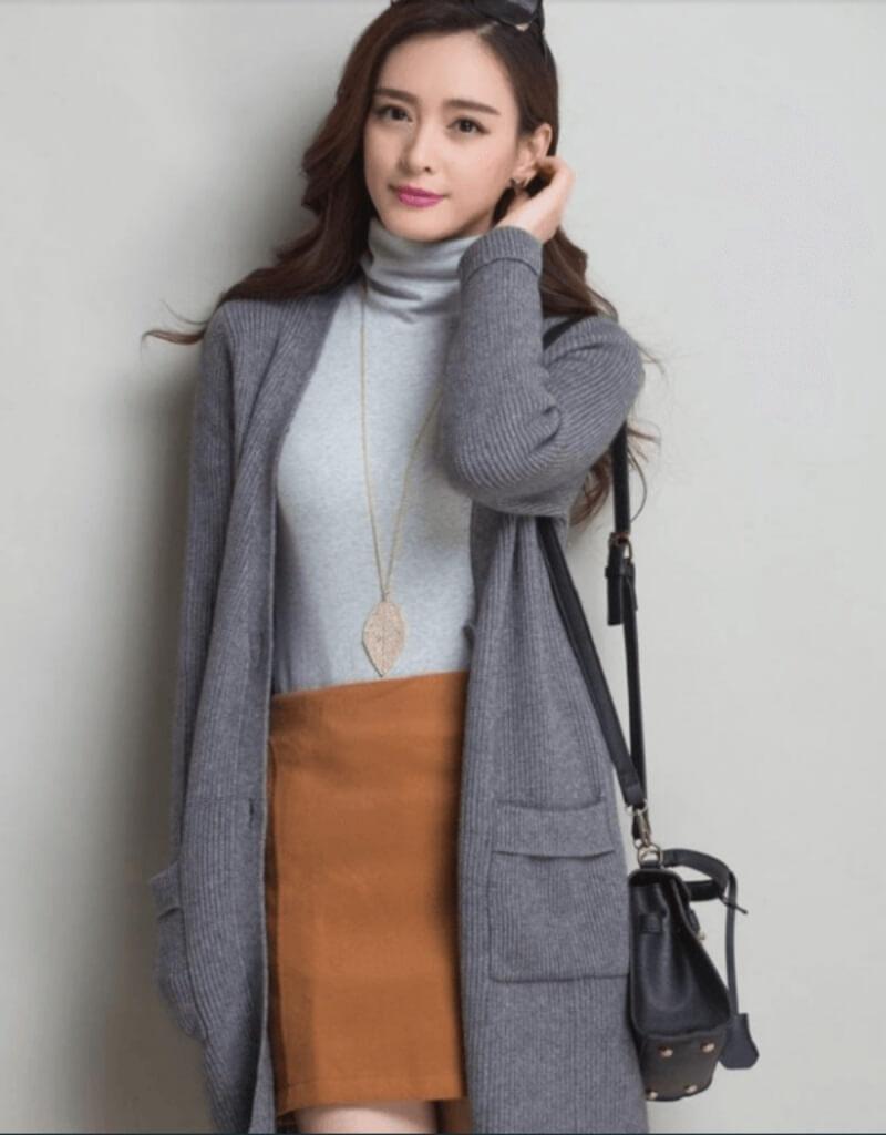 Xuống phố cực đẹp với áo cổ lọ, chân váy ngắn và áo khoác len dáng dài