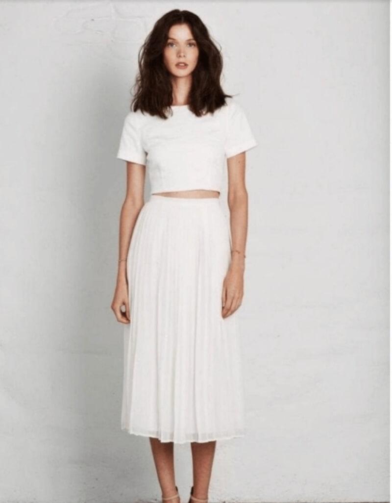 Đẹp không tưởng với set đồ áo croptop đi cùng chân váy xếp ly dài