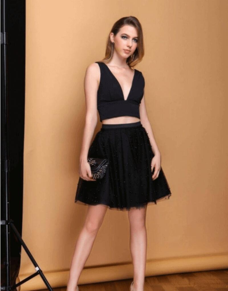 Không thể cưỡng lại sự thu hút khi phối áo croptop với chân váy xòe đen