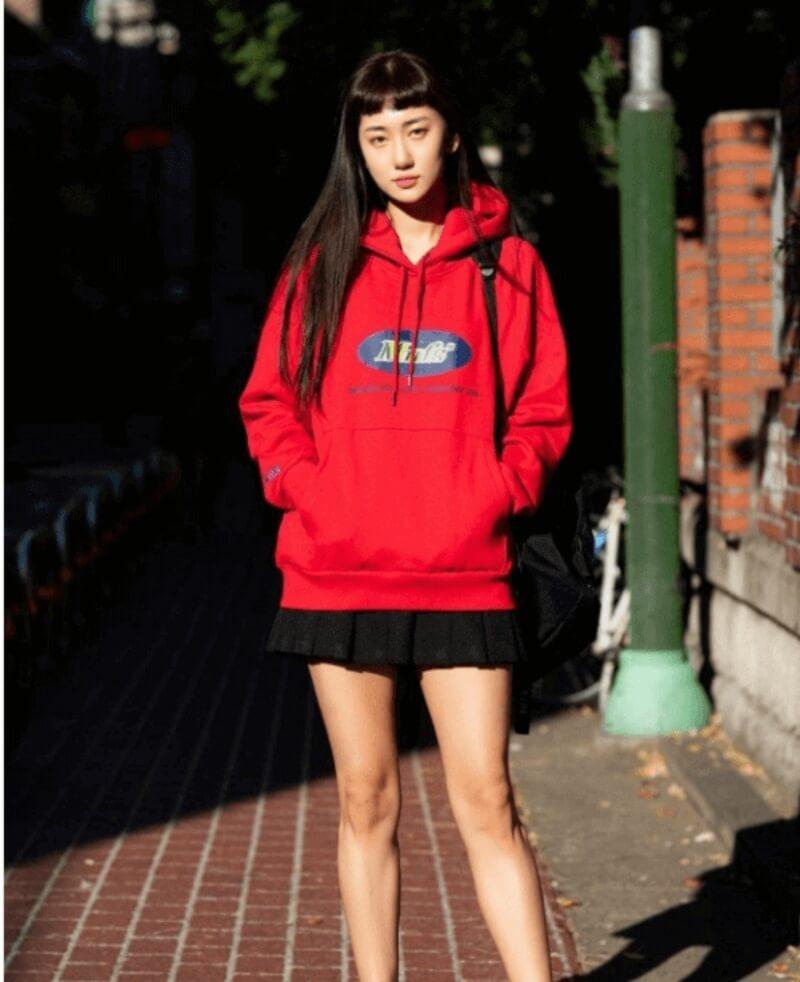 Áo hoodie phối chân váy xòe đen là outfit dành cho cô nàng năng động
