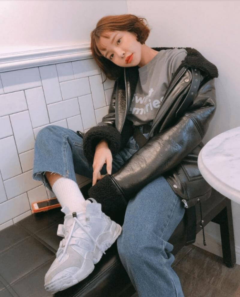 Áo khoác da phối với áo thun và quần jeans
