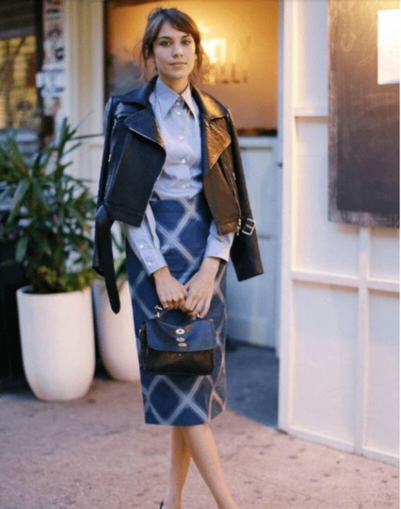 Áo khoác da phối với chân váy bút chì và áo sơ mi