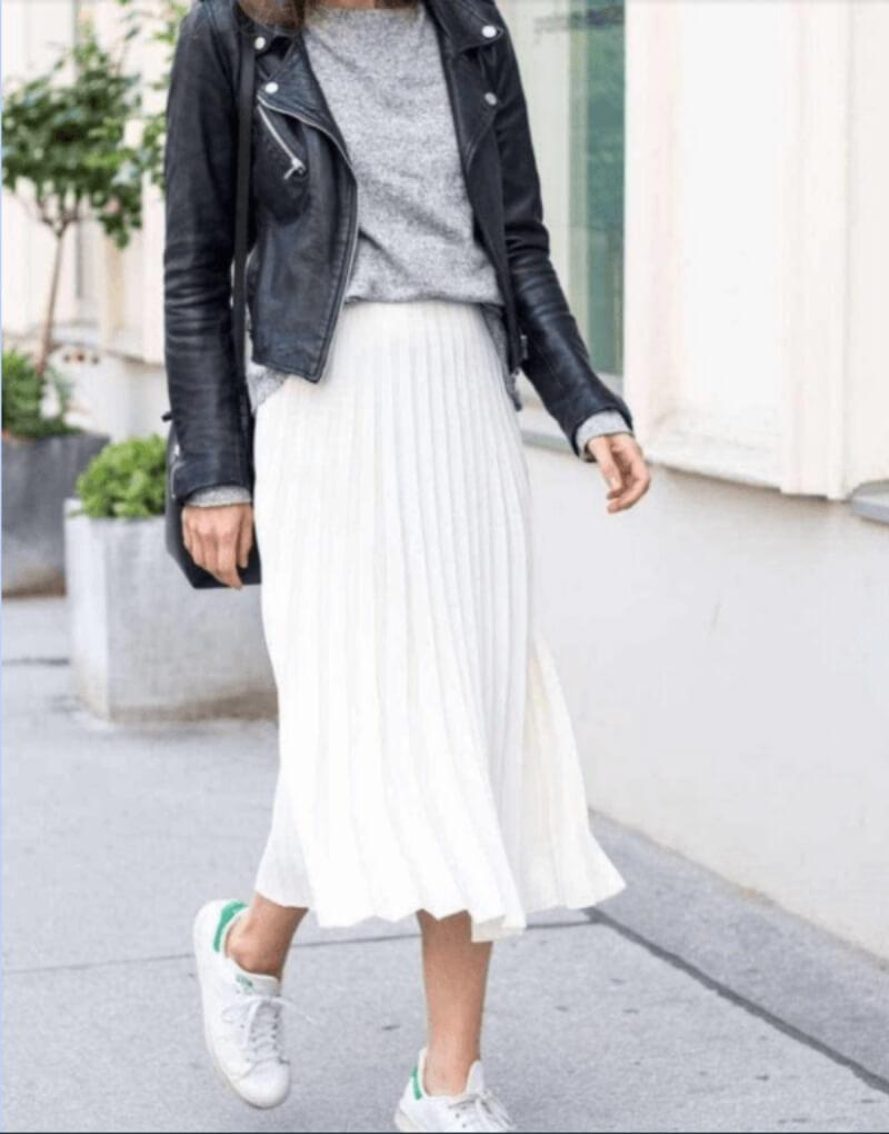 Áo khoác da phối với chân váy xếp ly dài