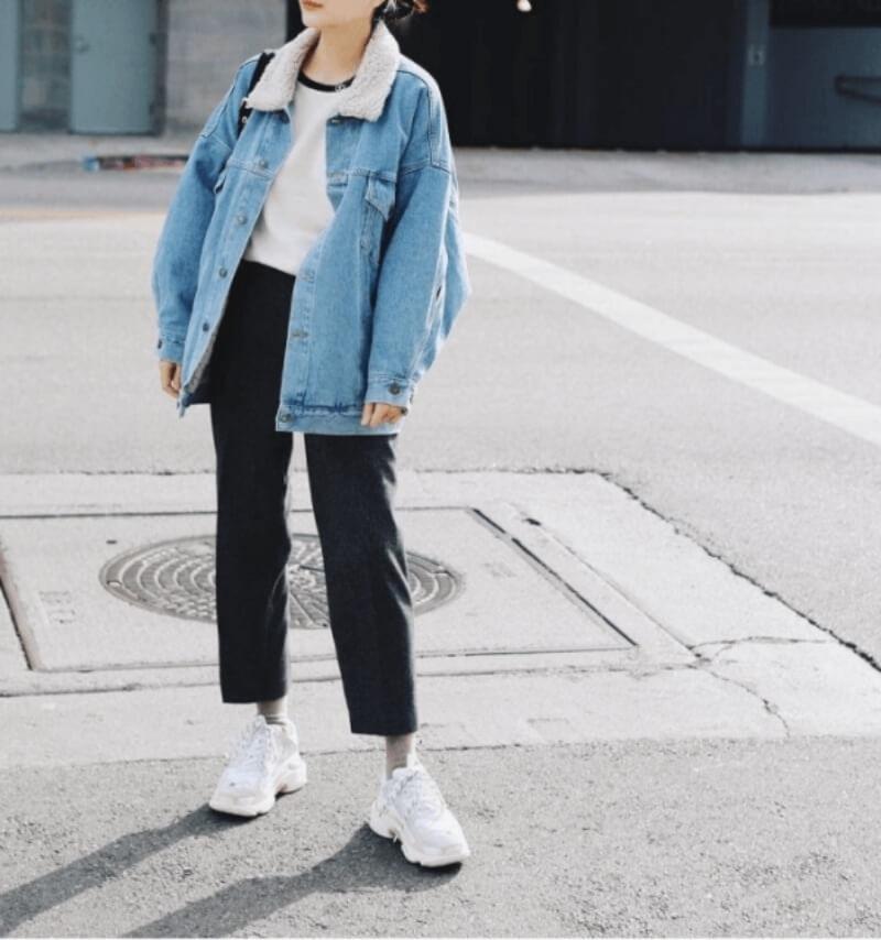 Áo khoác denim kết hợp với quần baggy cạp chun