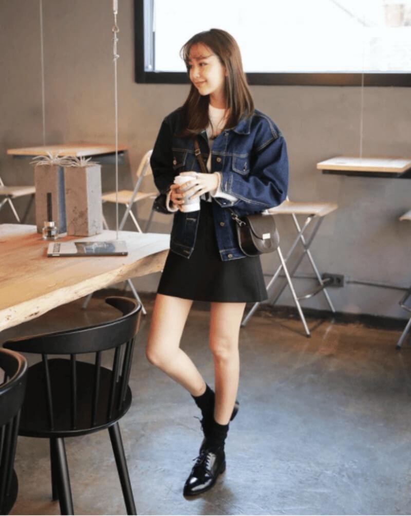 Áo khoác jeans + áo len + chân váy chữ A