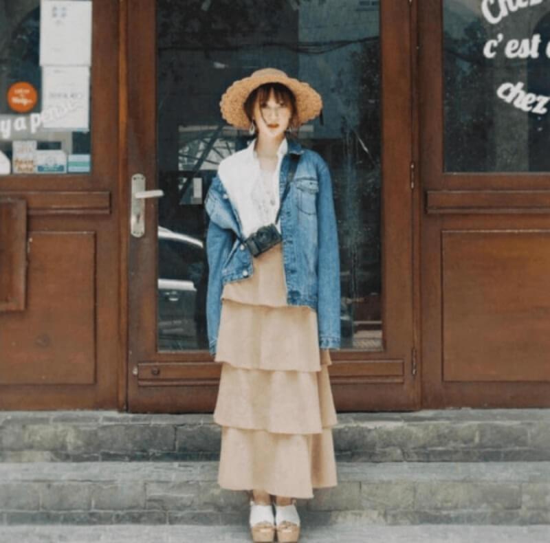 Áo khoác jeans + chân váy dài