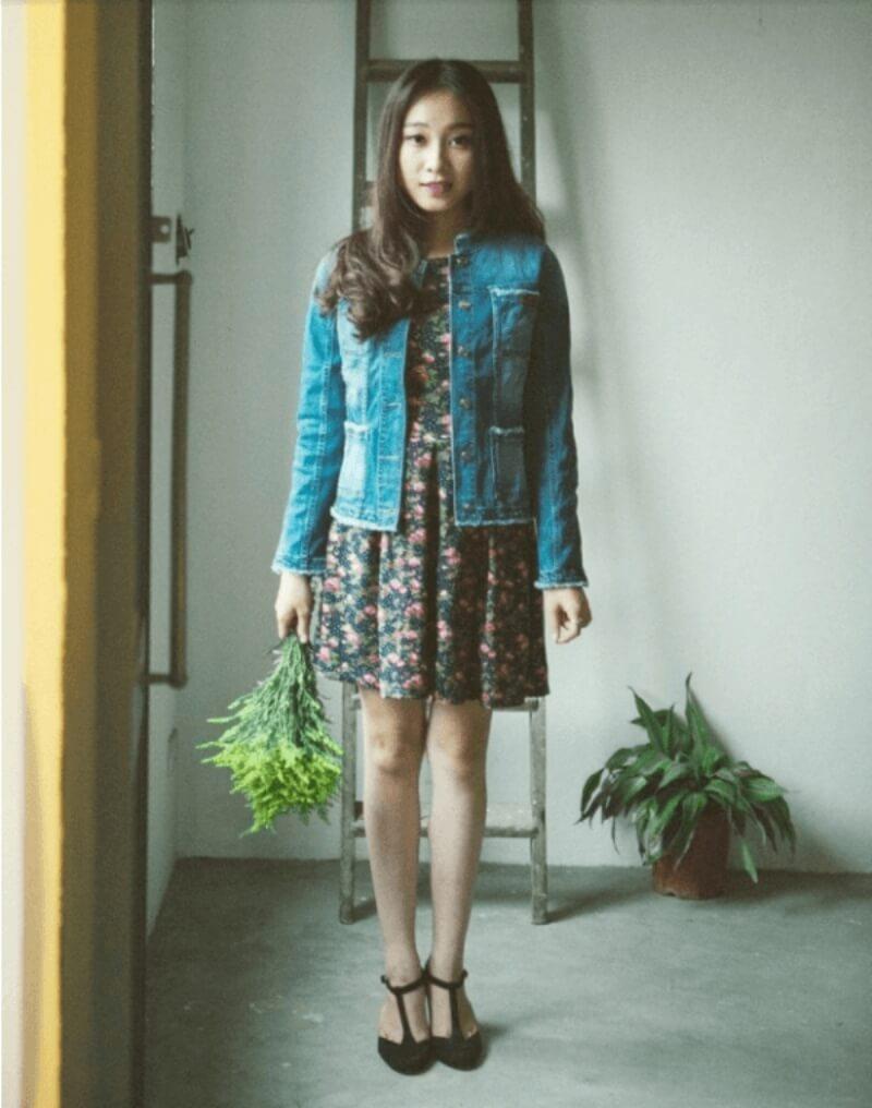 Áo khoác jeans + đầm hoa nhí