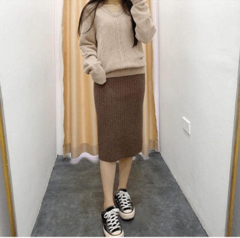 Áo len phối với chân váy len dáng dài