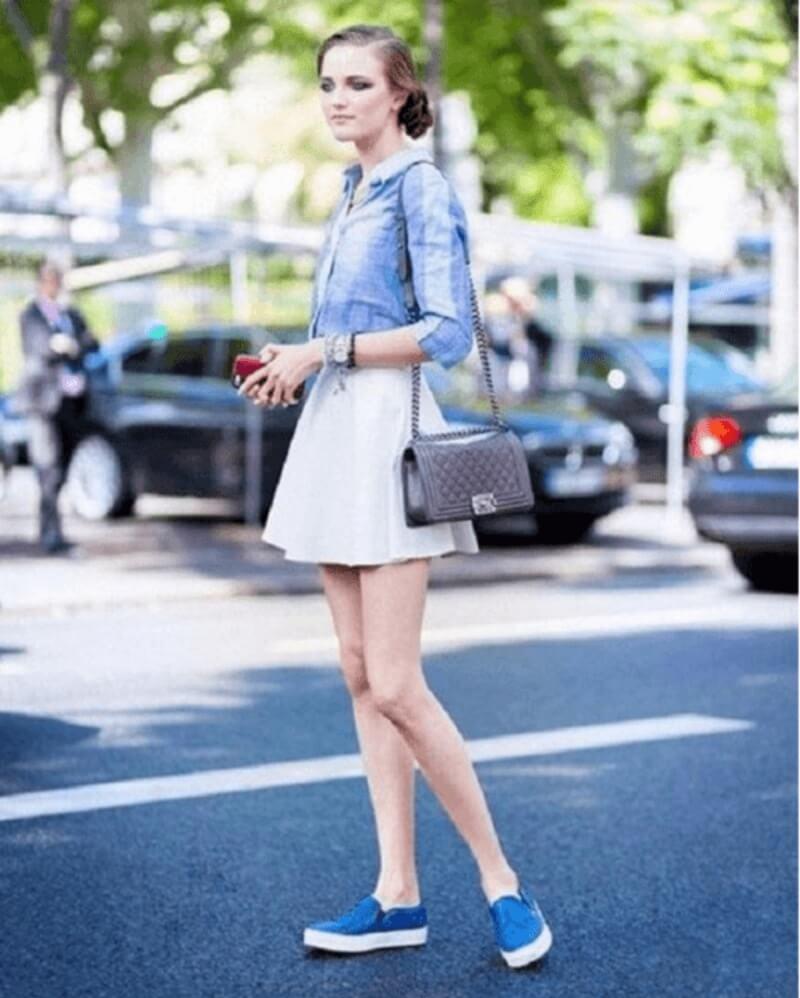 Giày lười phối áo sơ mi và chân váy ngắn mang lại một hình ảnh rất đẹp mắt