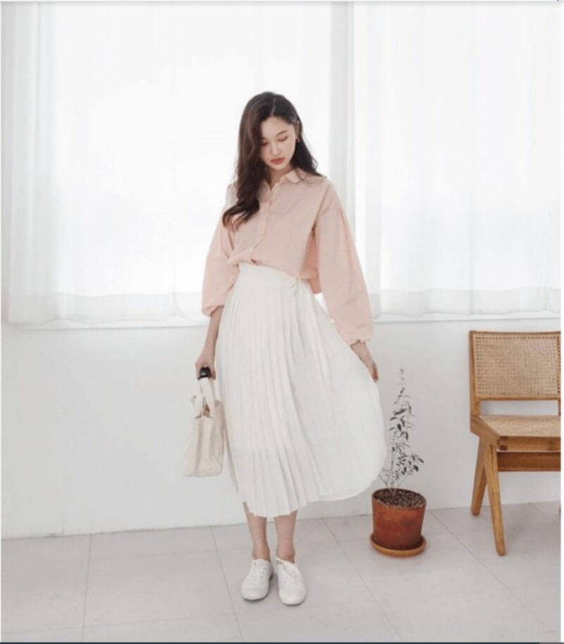 Thanh lịch và dễ thương khi phối áo sơ mi với chân váy xếp ly dài