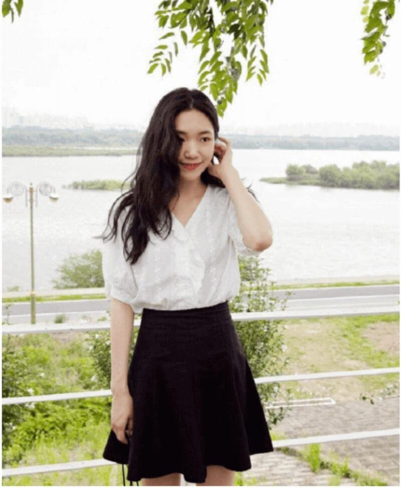 Vô cùng duyên dáng với set đồ áo sơ mi phối chân váy xòe đen
