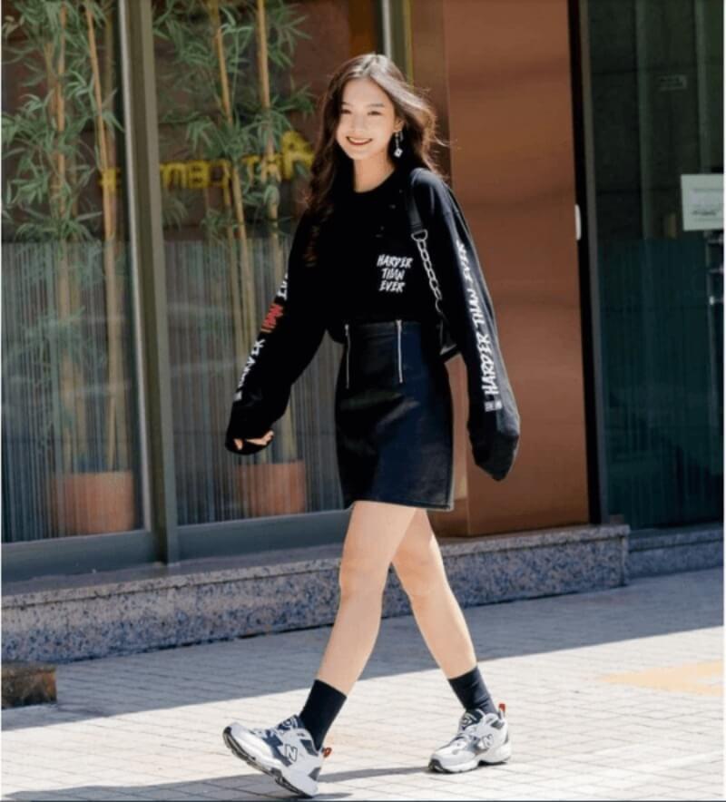 Áo thun + chân váy + sneaker