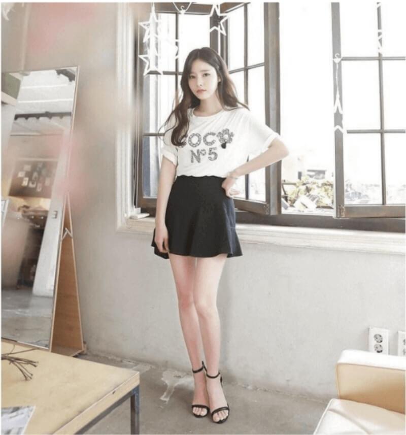 Năng động trẻ trung khi phối áo thun với chân váy xòe đen