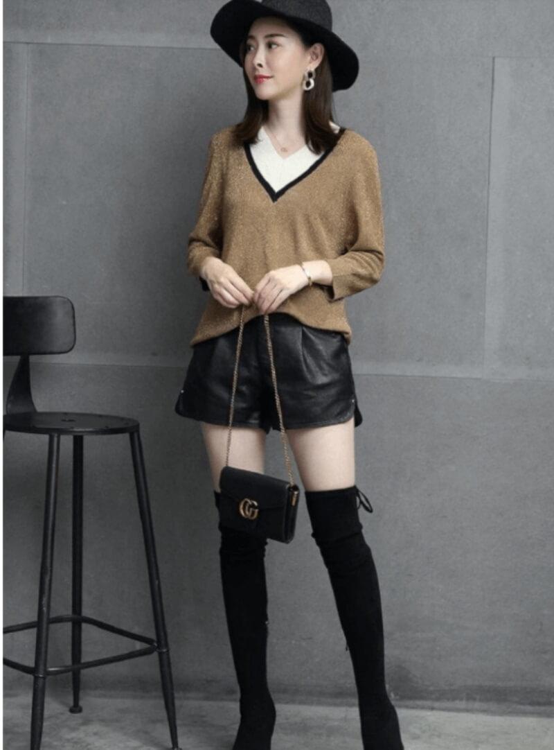 Giày boot cổ cao phối với quần short trẻ trung và thời thượng