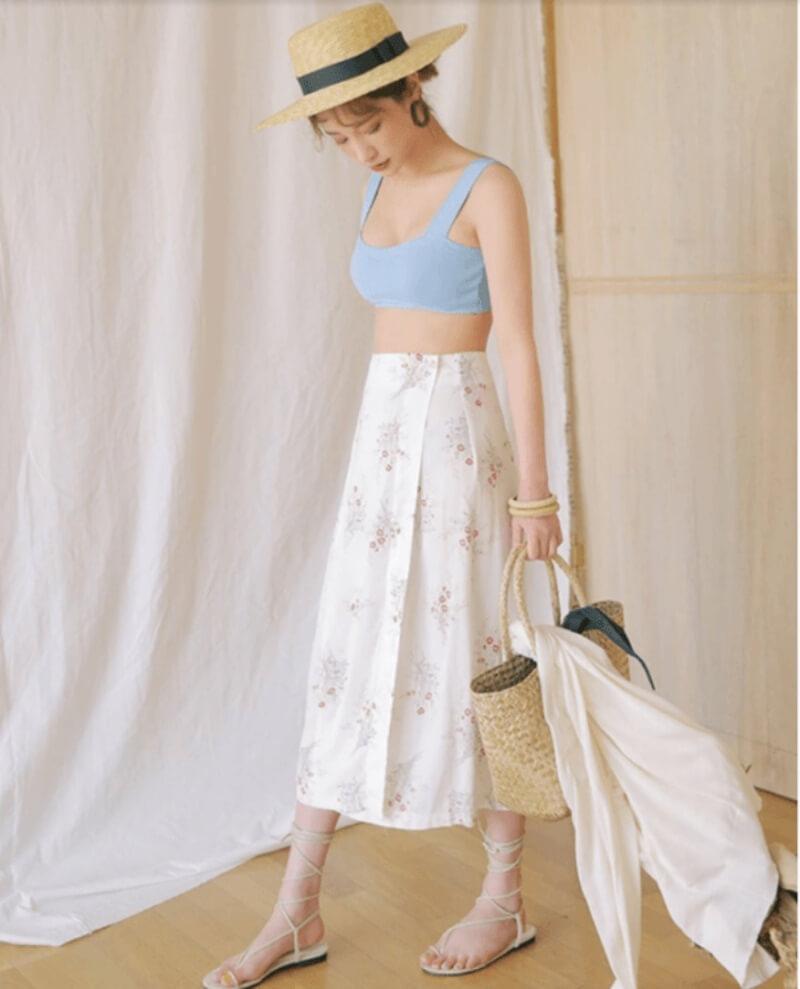 Bralette cùng chân váy hoạ tiết hoa tạo sự mát mẻ cho ngày hè
