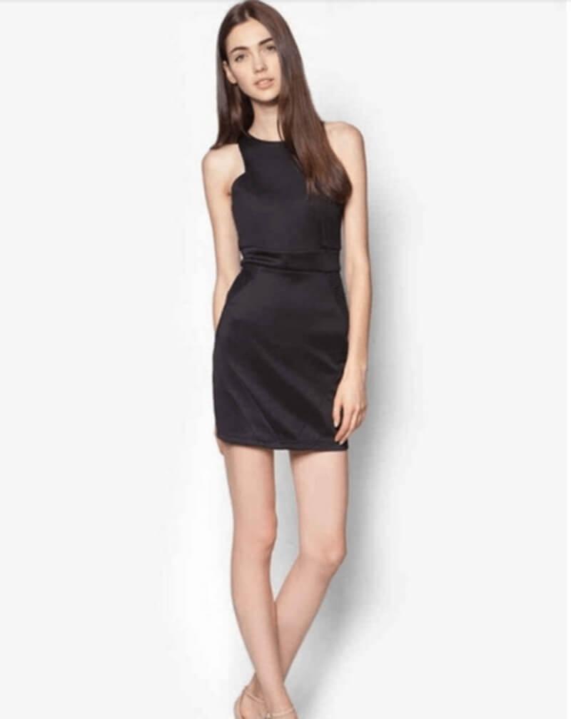 Đầm đen ngắn cổ yếm đơn giản nhưng vẫn toát ra sự sang trọng quý phái