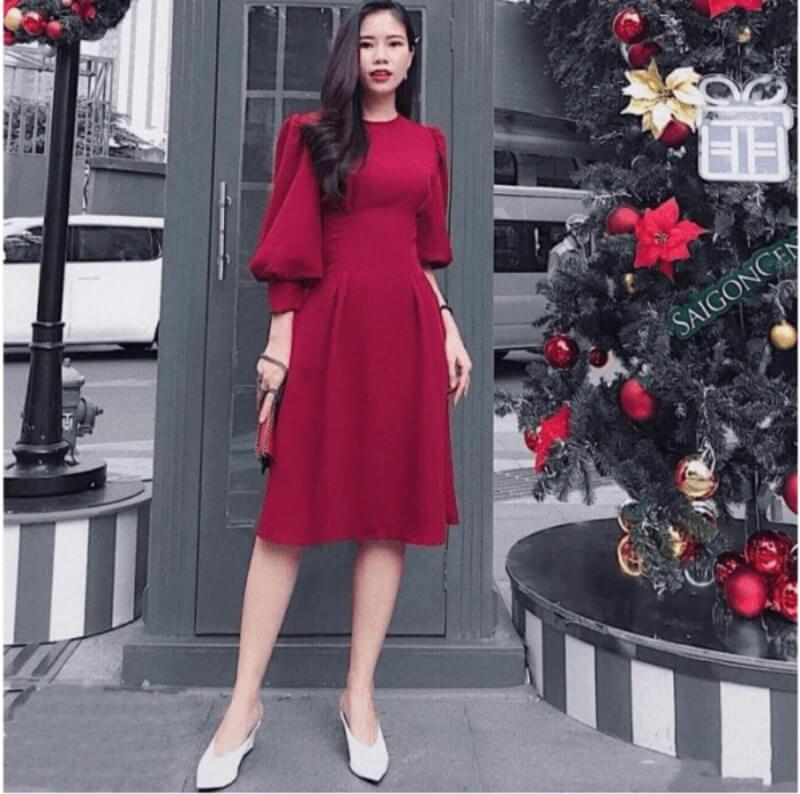 Đầm đỏ phối với giày trắng mang không khí của giáng sinh