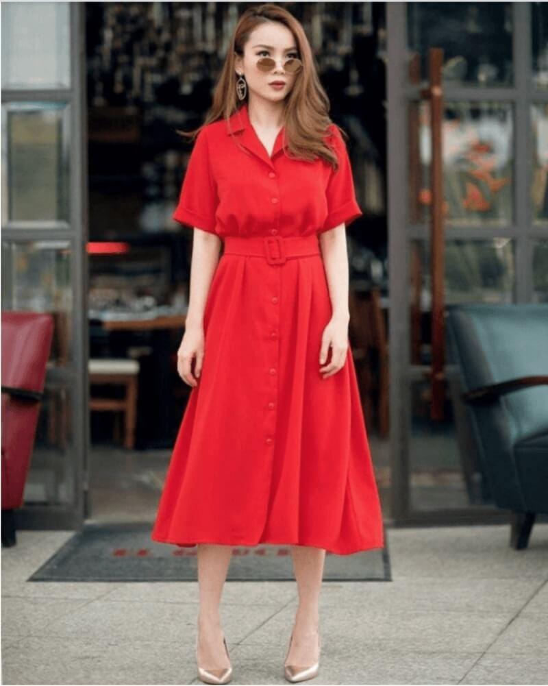 Đừng bỏ qua phụ kiện màu ánh kim khi kết hợp với đầm đỏ