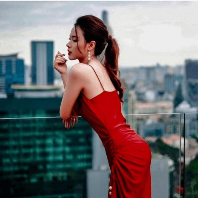 Trang sức màu trắng rất hợp với đầm đỏ