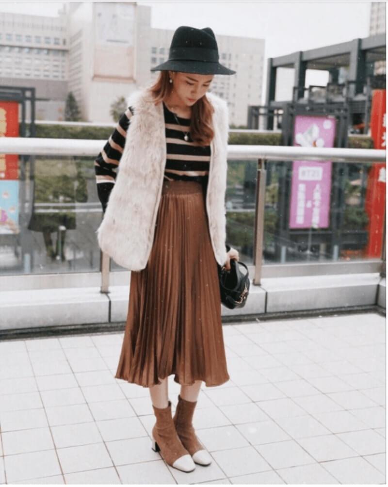 Giày boot cổ ngắn phối với chân váy midi
