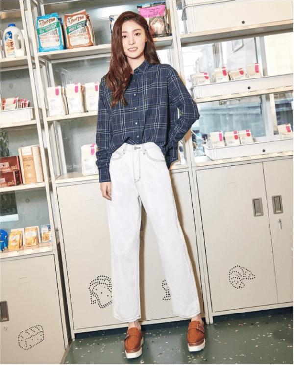 Năng động với áo sơ mi form rộng phối cùng quần jeans