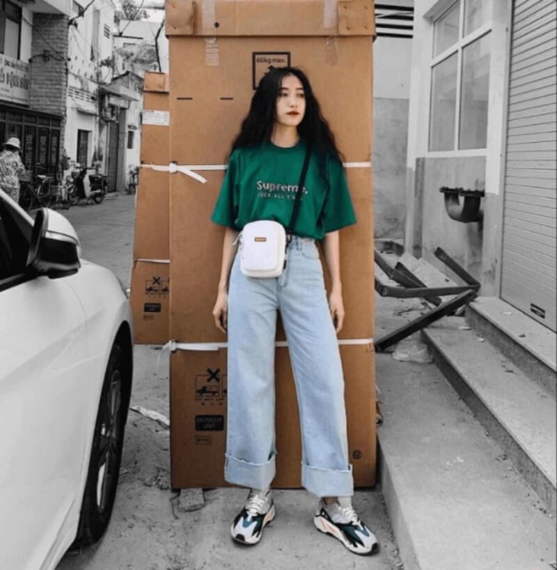 Cá tính với phong cách street style khi phối áo thun với quần jeans dáng suông