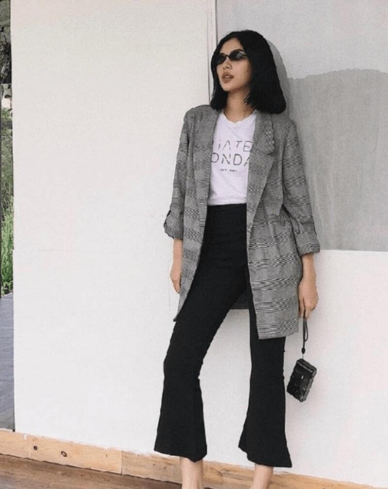 Thanh lịch và nữ tính với quần jeans ống loe và áo khoác blazer