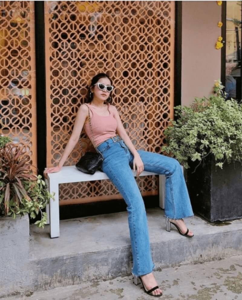 Cực kỳ thu hút với bộ đôi quần jeans ống loe và áo hai dây