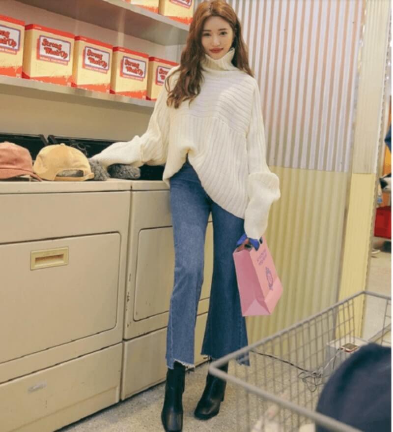 Quần jeans ống loe và áo len là lựa chọn tuyệt vời cho những ngày trời lạnh