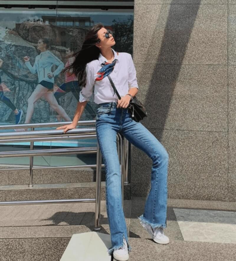 Lịch sự, nhã nhặn khi kết hợp quần jeans ống loe với áo sơ mi