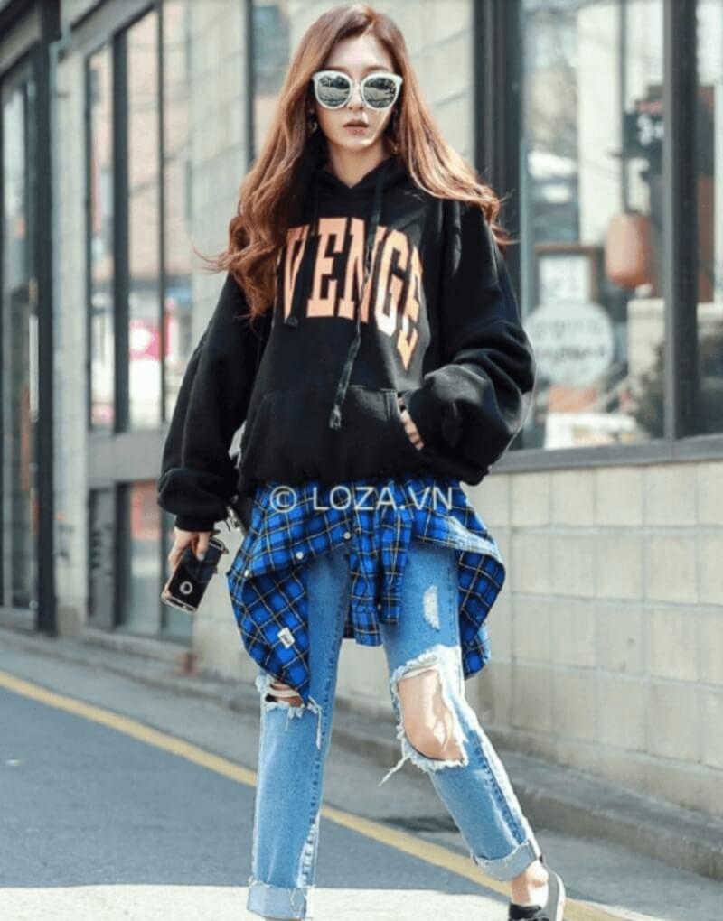 Quần jeans rách phối với áo hoodie