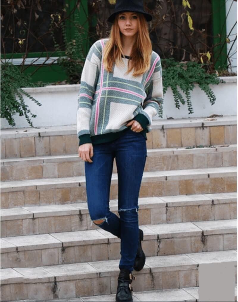 Quần jeans rách phối với áo len