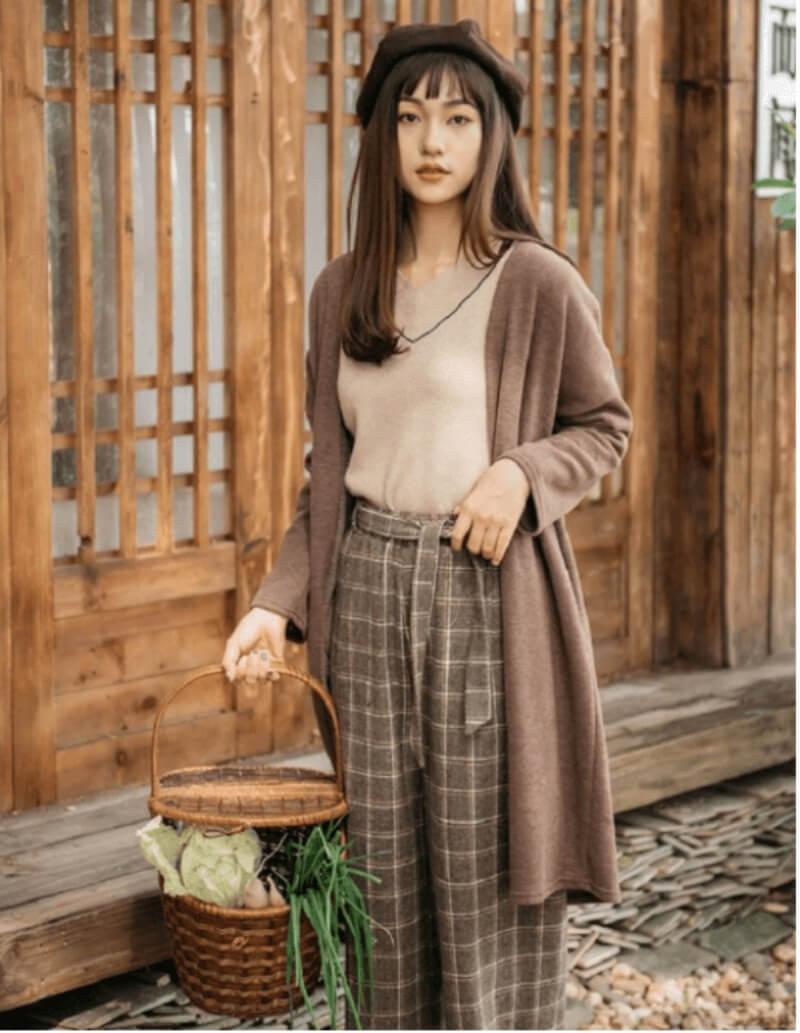 Quần ống rộng và áo khoác len dáng dài là sự lựa chọn tinh tế của cô nàng công sở