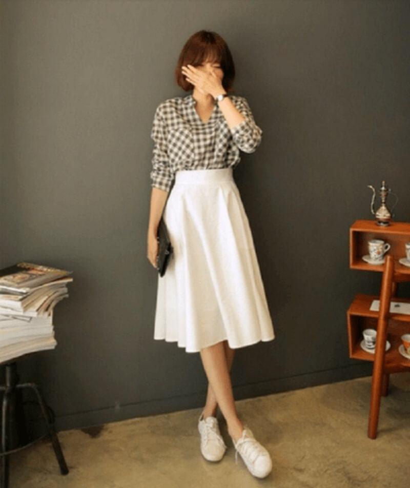 Thanh lịch trẻ trung khi đi làm với áo sơ mi phối chân váy dài và giày thể thao