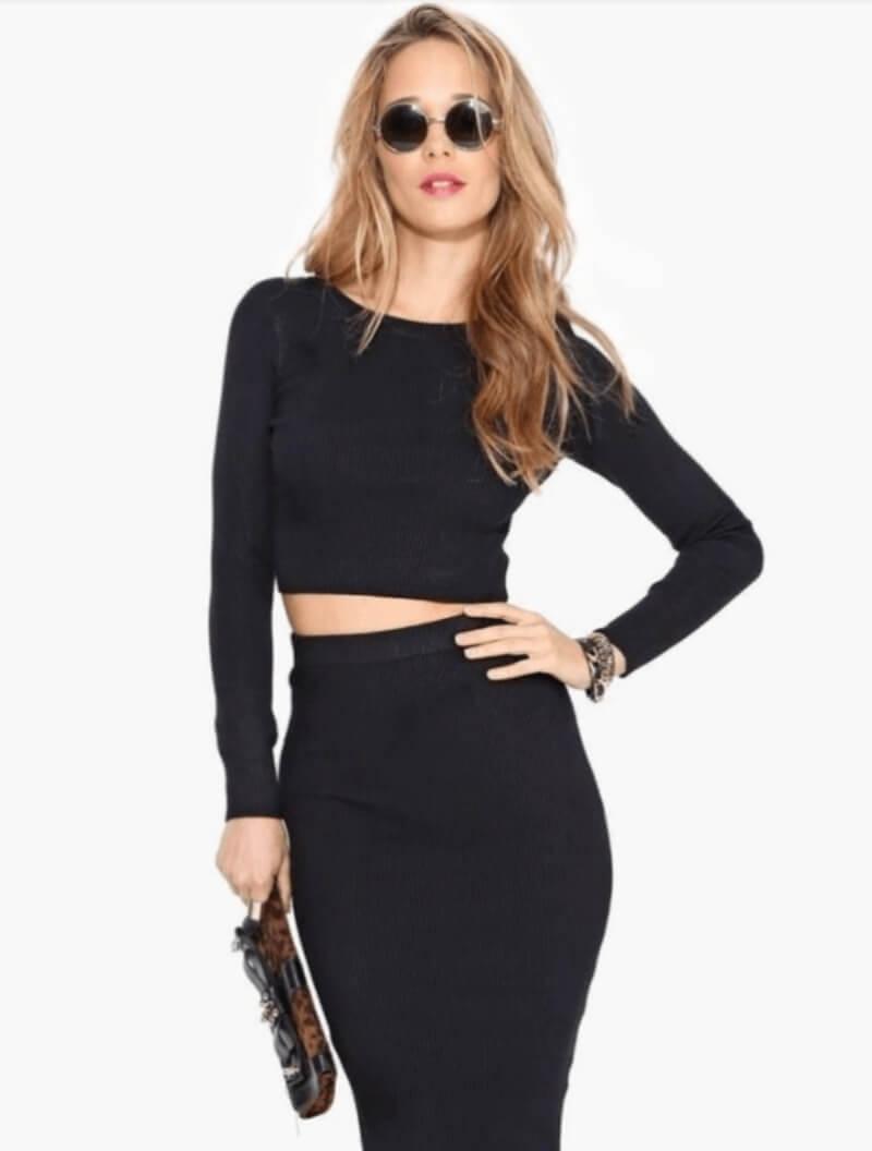 Chân váy ôm đen phối với áo croptop
