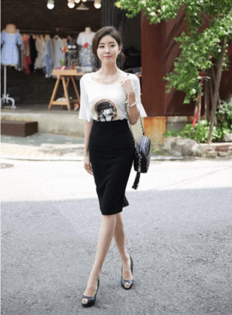 Chân váy ôm đen phối với áo phông