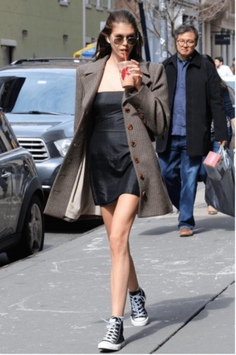 Đầm cúp ngực + giày converse cổ cao