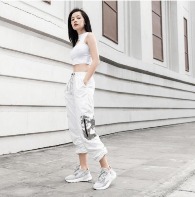 Giày sneaker trắng + áo croptop + quần jogger